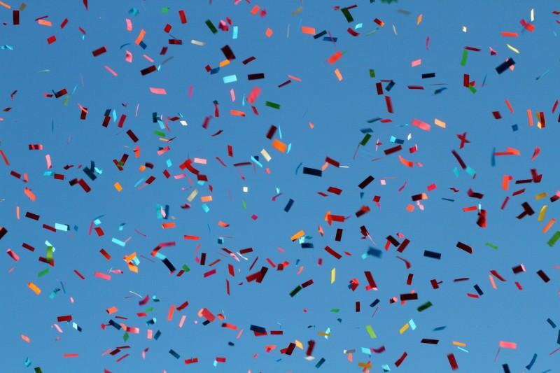 Fire fester, hvor et konfettirør er perfekt
