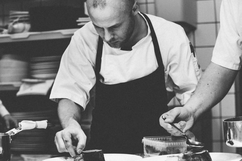 Stort udvalg af trendy og klassiske forklæder til tjenere og kokke til favorable priser